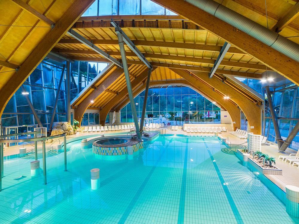 Внутренний бассейн с лечебной термальной водой в термах «Сновик». Фото: Terme Snovik/facebook