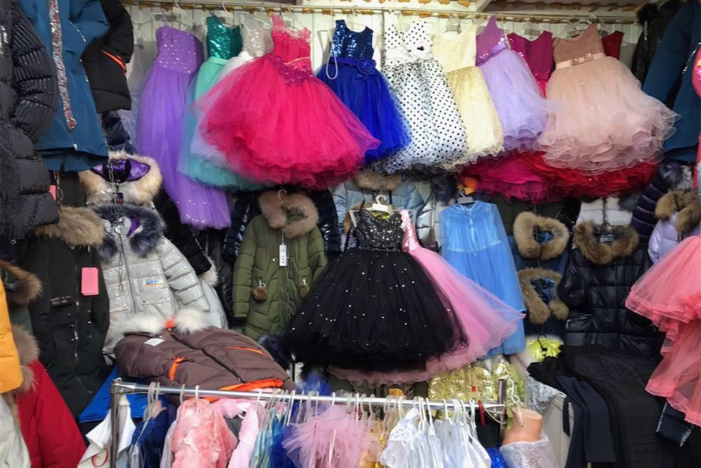 Ряды с одеждой для детей на Кировском рынке