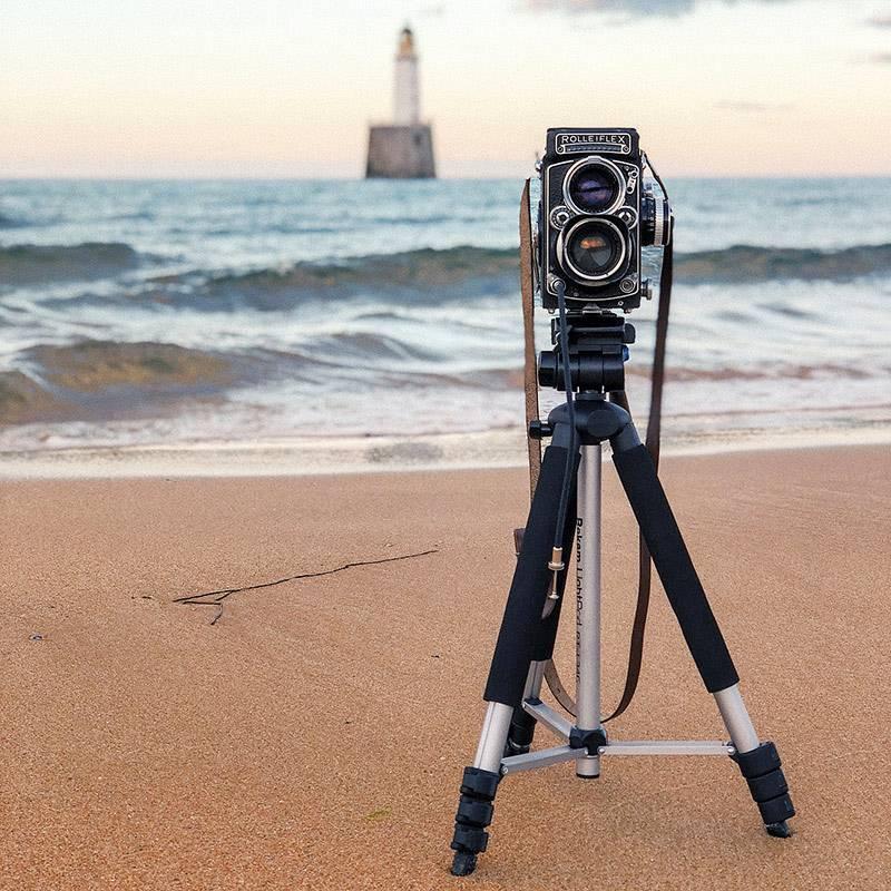 Мой среднеформатный пленочный фотоаппарат 1957 года выпуска на фоне маяка Раттрей