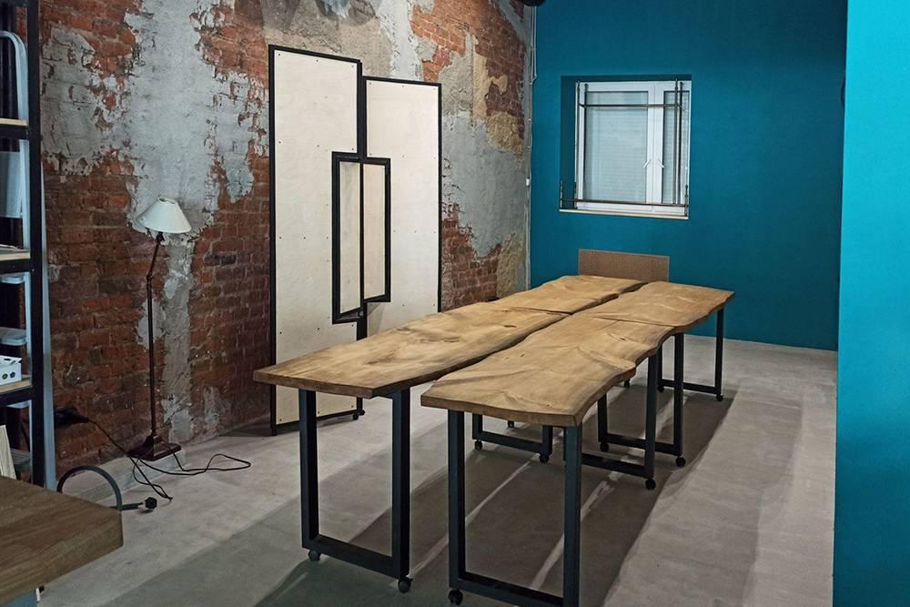 Столы из цельного массива дерева с естественными изгибами