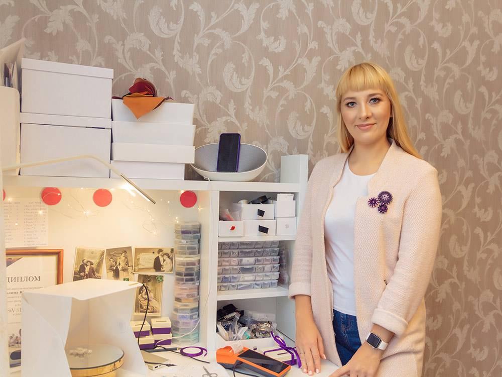 У Алины дома небольшой столик с полками в углу комнаты, где она плетет изделия и держит рабочие материалы