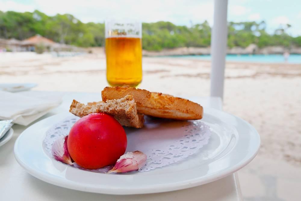 Самая традиционная мальорканская закуска — хлеб с оливковым маслом, помидором и чесноком. Автор: Марта Сковроньска