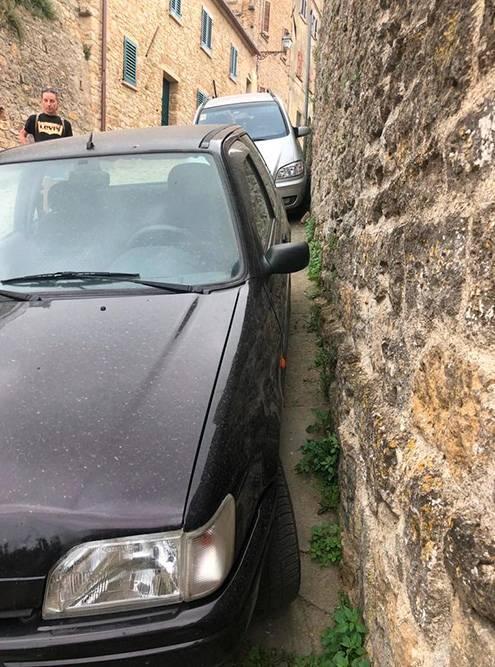 Типично итальянский стиль парковки. Выходить водителю приходится через пассажирскую дверь