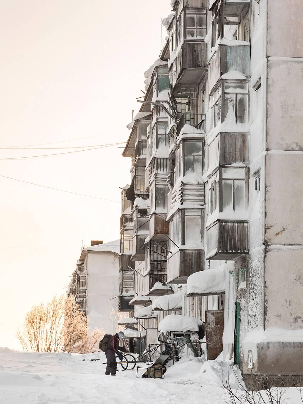 В поселке Советском мы встретили мародеров. Они находили хорошие вещи в опустевших квартирах и обжигали провода, чтобы достать медь. Я их не осуждаю: все это просто пропадет
