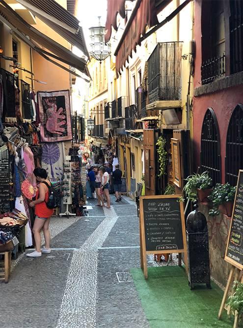 Улицы и сувениры напоминают мне Марокко, только торговаться здесь не любят, а цены в два раза выше