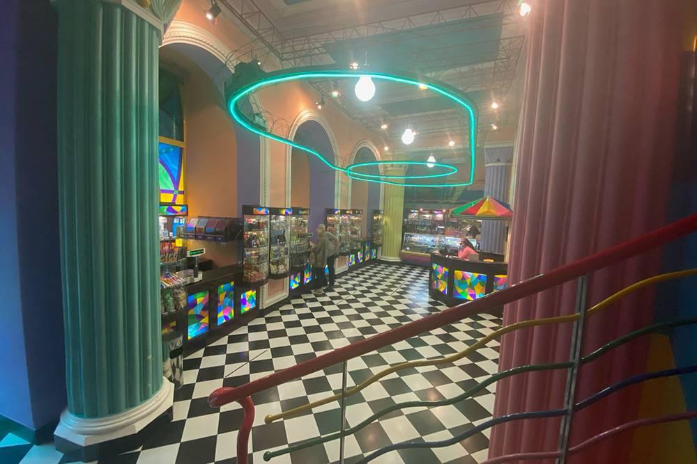 Под потолком пончиковой есть игрушечная железная дорога — можно подняться на второй этаж и наблюдать за бегущим по рельсам поездом