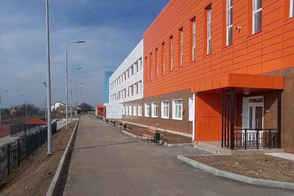 Фасад новой школы в Маловидном