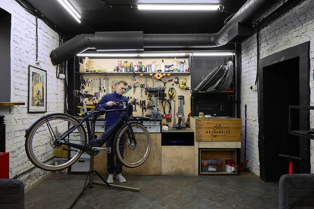 Примагазине работает веломастерская — здесь мы чиним велосипеды и собираем заказы, которые пришли из Европы. Фото: Наталия Куприянова