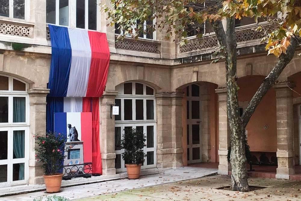 Французы очень любят свою страну и гордятся ее историей. Национальные триколоры здесь встречаются очень часто. На фото — дворик зала бракосочетания. По-моему, очень красиво