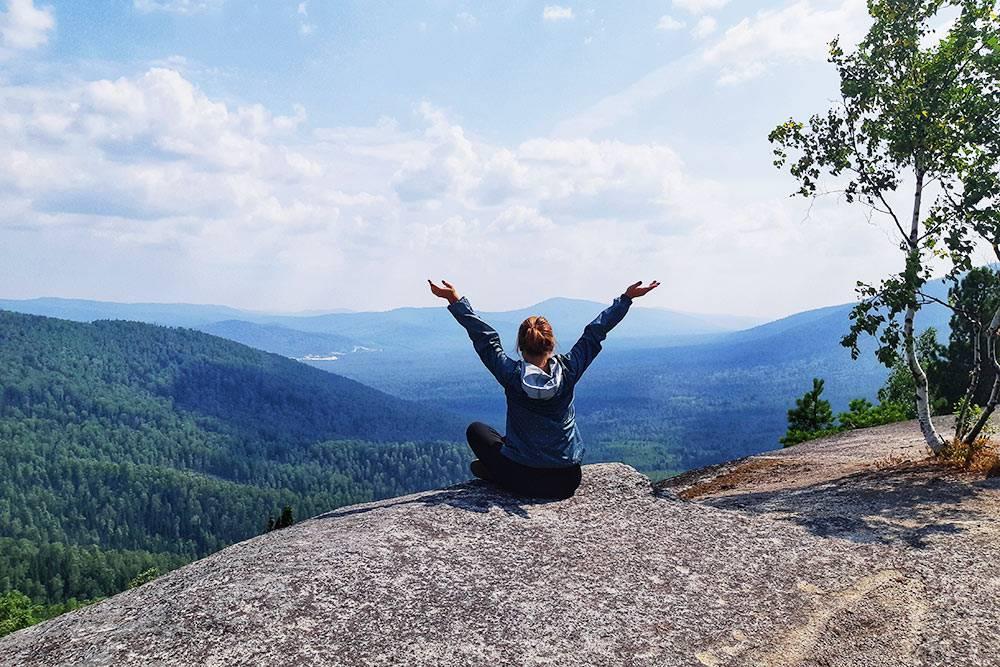 С вершины Сарлыков открывается великолепная панорама на горы Мустаг, Зеленая и Курган