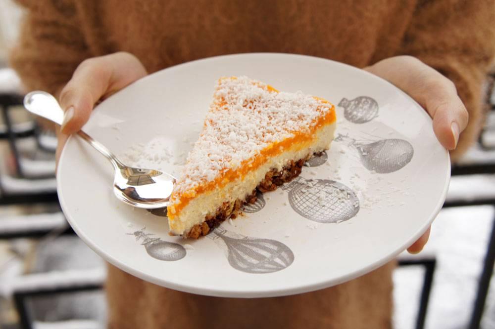 Этот торт приготовлен из кешью. Рецепт придумала Ольга Малышева, автор известного блога с рецептами для сыроедов