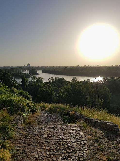 Белградская крепость — любимая локация горожан длявстречи закатов. Сюда стоит прийти ближе к вечеру