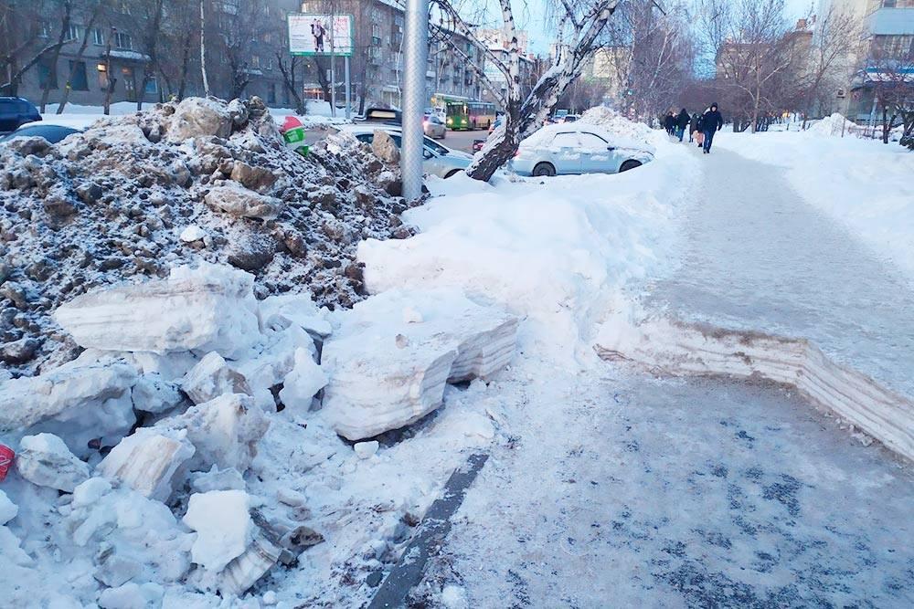 Ежегодные печали нашего мэра. У нас был случай, когда расчищать тротуар от сугробов принялись только после того, как на них кто-то краской написал: «Навальный»