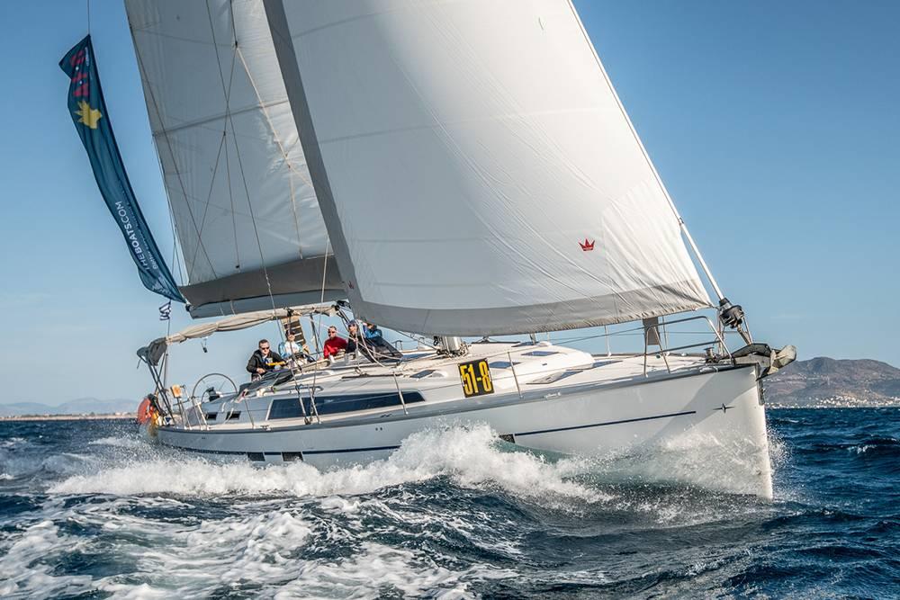 Bavaria 51 — пример лодки, подходящей дляобучения. Парус в носовой части — стаксель, в задней части — грот