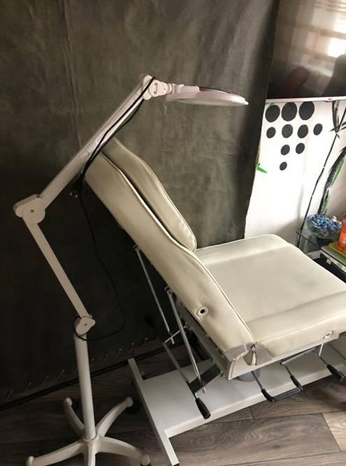 Так выглядит рабочее место моего мастера. Кресло стоит 40 тысяч, столики и шкафчики дляинструментов — 70 тысяч, свет — 12 тысяч, машинка с педалью и блоком питания — 92 тысячи