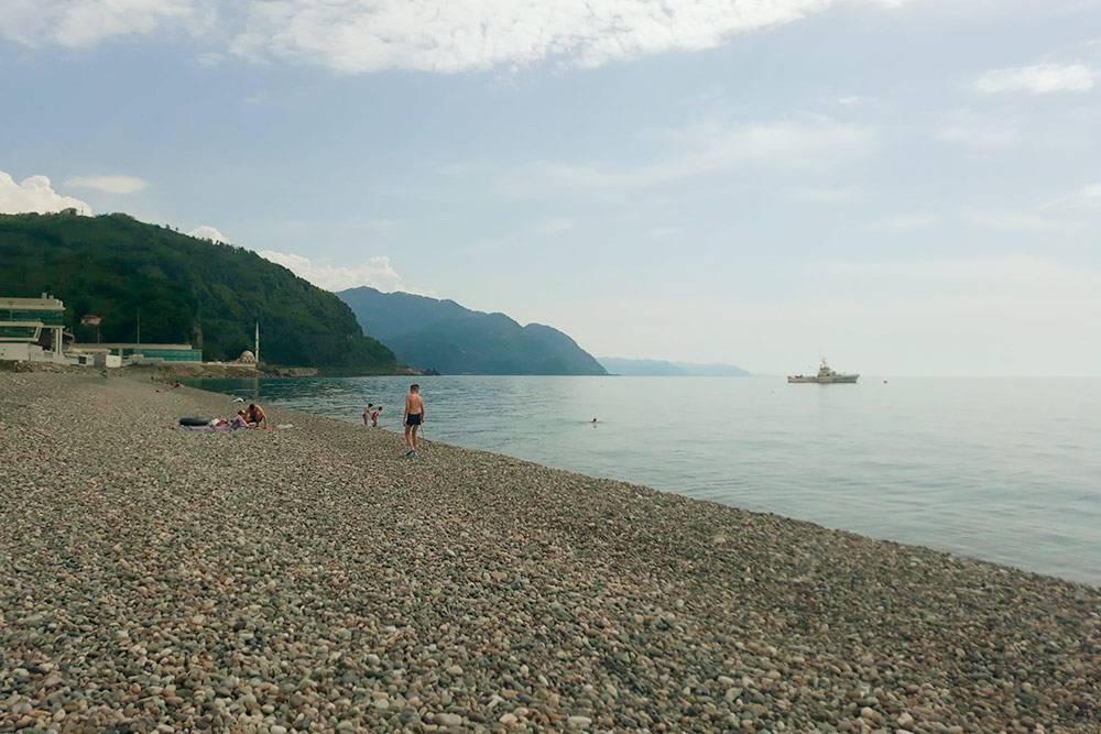 Сразу перед пограничным пунктом — пляж с очень чистой водой. Мы даже как-то ездили сюда просто покупаться