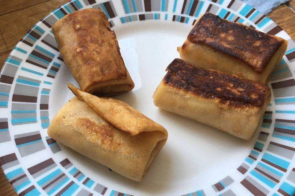 Разогреваю блинчики с мясом из «Вкусвилла» на завтрак