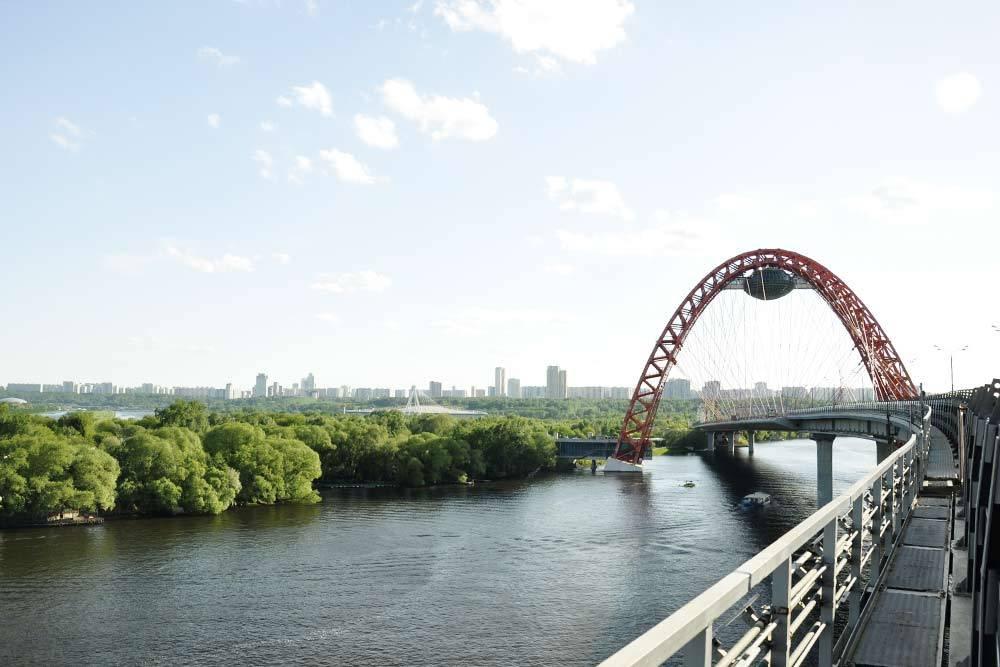 Живописный мост соединил Хорошево-Мневники и Крылатское. По этому мосту едут в сторону Новорижского шоссе