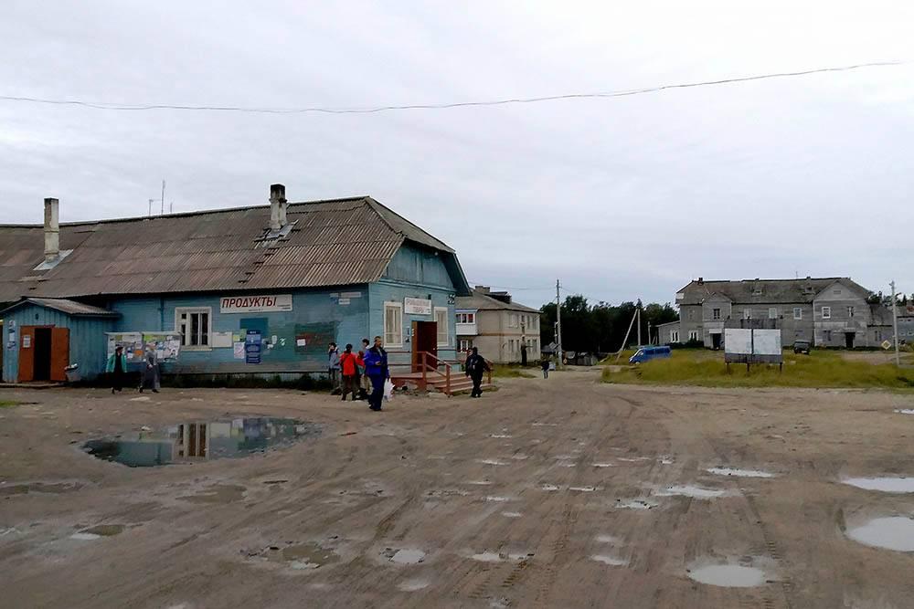 Некоторые жители поселка ходят в магазины только за повседневными товарами, а за остальным ездят в Кемь на лодке