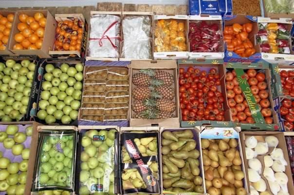Типичный павильон с овощами и фруктами