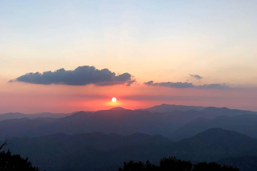 Солнце садится в горах Троодос