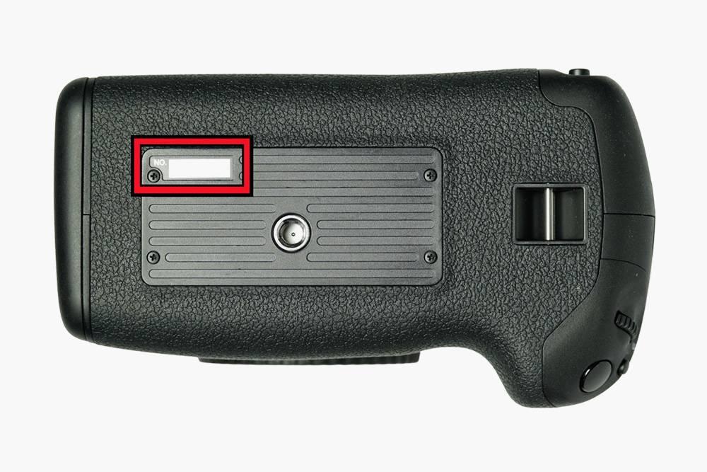 Серийный номер находится на нижней грани камеры. Источник: Canon