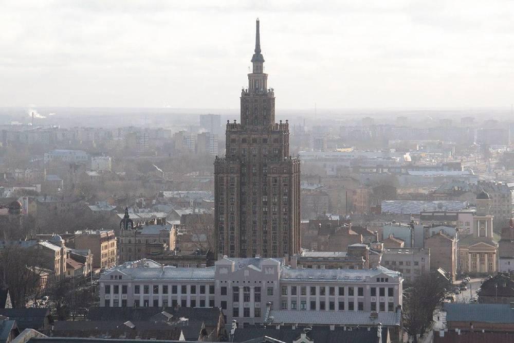 Здание проектировала группа латвийских архитекторов. Существует мнение, что они вдохновлялись шпилями старого города. По другой версии, высотка очень напоминает Эмпайр-стейт-билдинг в Нью-Йорке