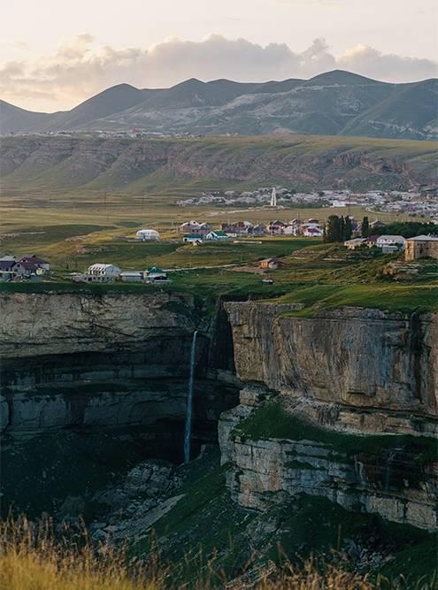 Вид на село Хунзах и водопад Тобот