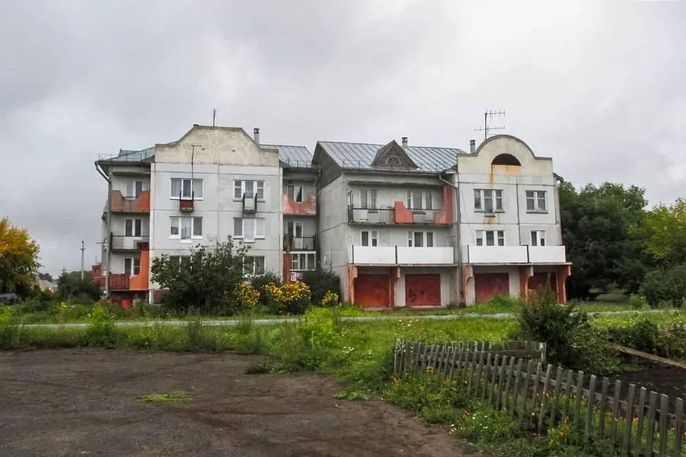 Первую ночь мы провели в квартире нашего друга, а вторую — в небольшой деревне Азово около Омска, у случайного знакомого. Там есть дом немецкой постройки. Очень непривычно было видеть такое в обычной деревне