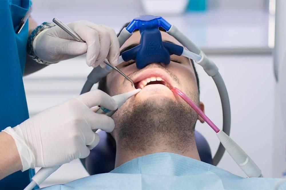 Газ длялегкой седации нужно вдыхать через маску. Подышать газом дают перед процедурой илинадевают маску на нос, поэтому она никак не мешает врачу лечить зубы. Источник:dentalintersalud.com