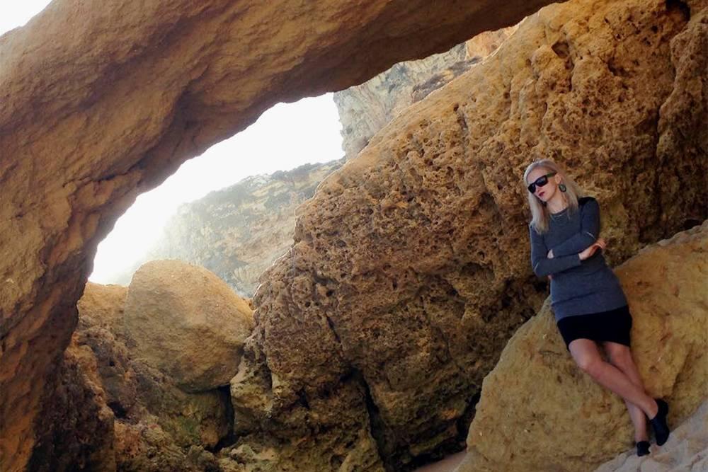 С другой стороны пляжа находится скопление скал и огромных камней. Там красиво, но лазить по ним не советую: это опасно