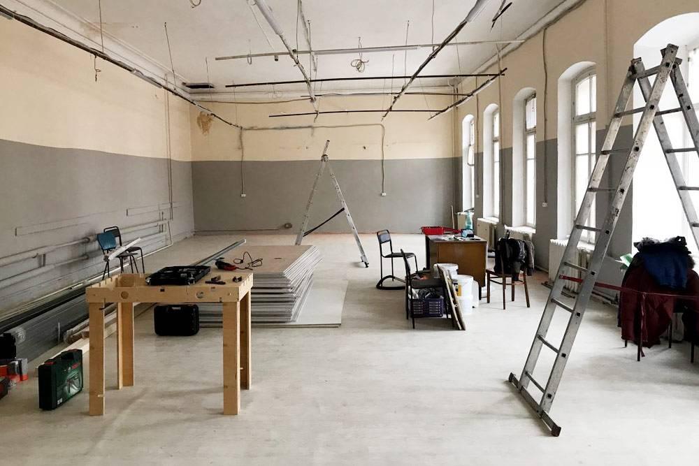 Ремонт занял три месяца и обошелся в 1 миллион рублей. За эти деньги перестелили пол, покрасили стены, сделали второй этаж, кухню и раздевалку