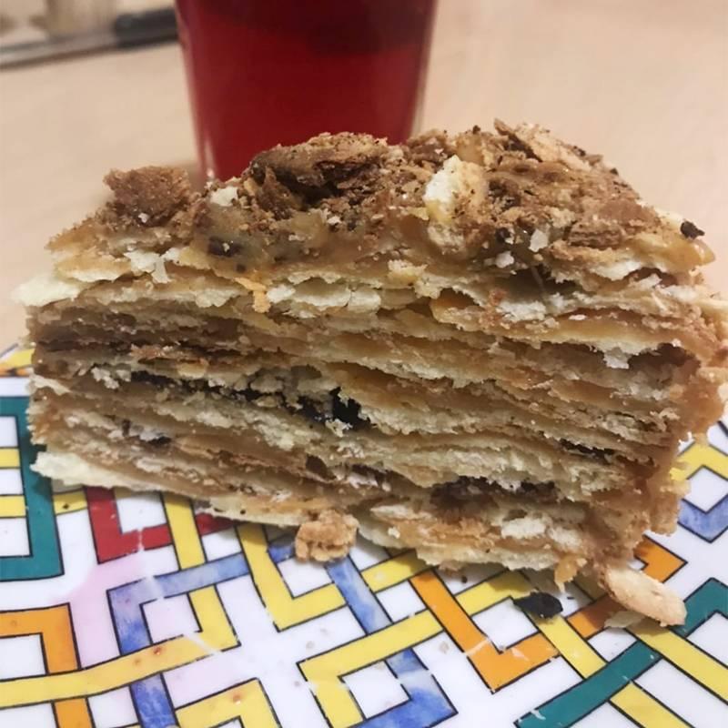 Ем тортик, который остался с выходных. Обычно я такого не готовлю, но в этот раз во мне проснулась хозяюшка