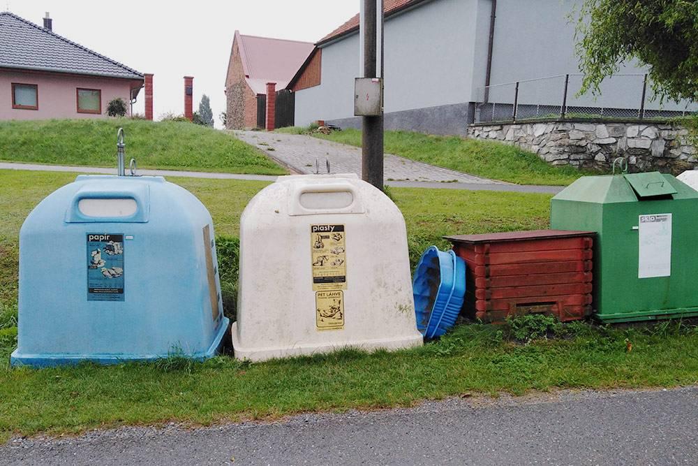 Отдельные мусорки длябумаги, пластика и стекла в Поломи