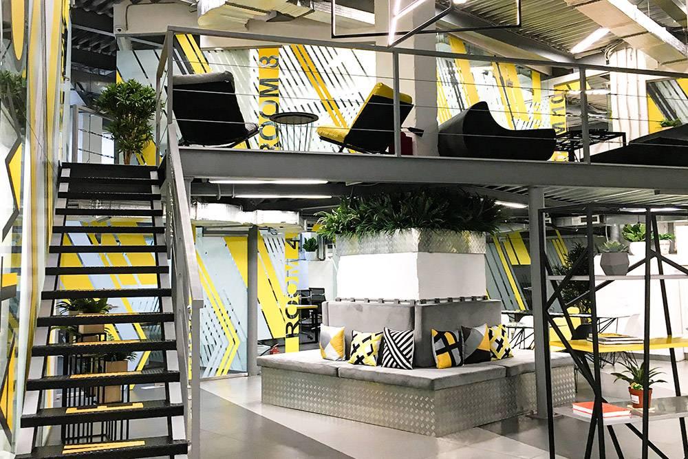 Коворкинг AtWork расположен на двух этажах, но большую часть помещения занимают смарт-офисы — они стоят от 40 000<span class=ruble>Р</span> в месяц