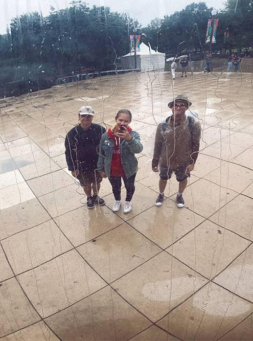 Фото в отражении знаменитого чикагского монумента в виде гигантской фасолины