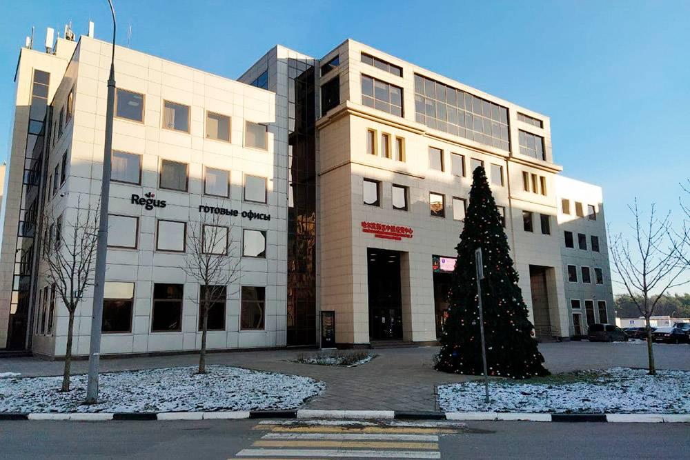 Это единственный бизнес-центр в Путилкове. Высокооплачиваемую работу поблизости можно найти только здесь. Ну или работать удаленно