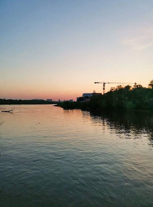 Закат на набережной Иртыша, рядом с гостиницей «Турист», где я остановилась
