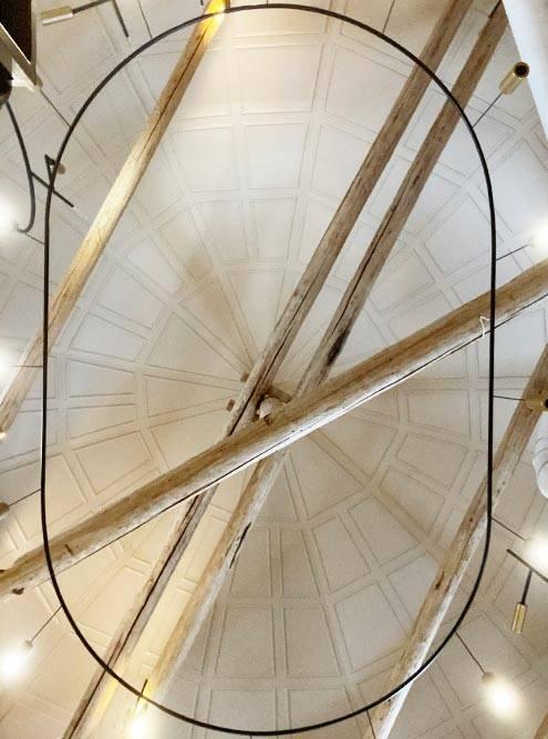 Историческая отделка внутри купола не сохранилась, но дизайнер постаралась сделать ее близкой к стилю архитектуры здания. Дляэтого мы установили 108кессонов в классическом стиле — это орнамент из трапеций на фото