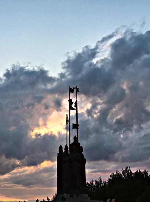 Так выглядит памятник Александру Невскому на закате