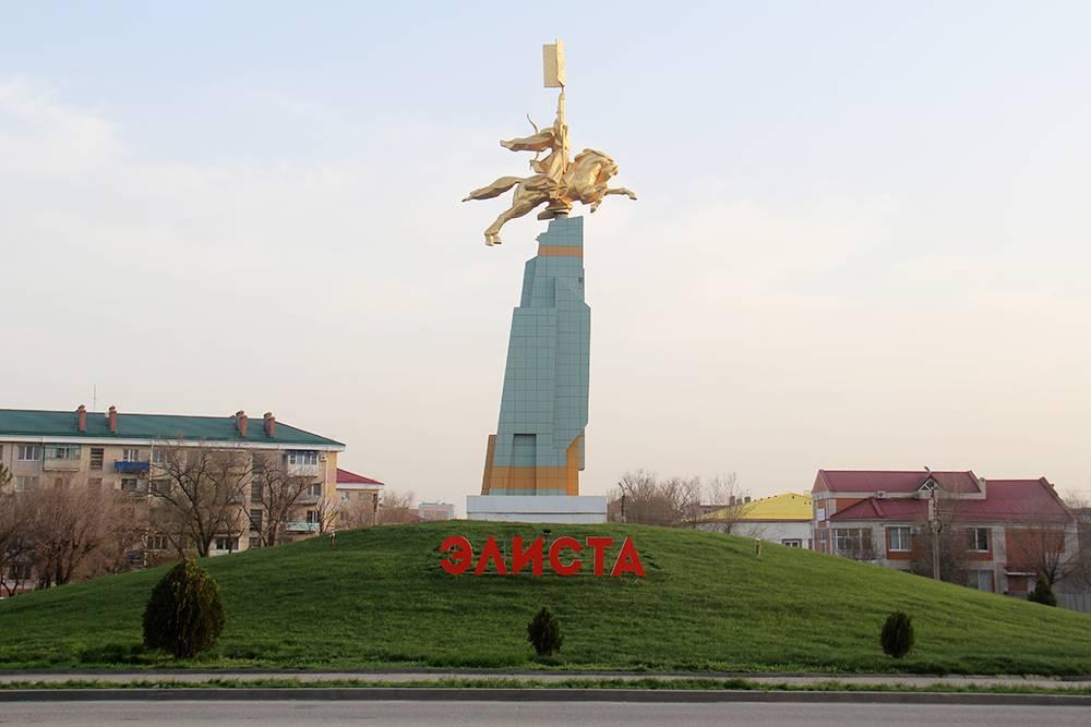 Образ «Золотого всадника» взят изэпоса «Джангар» иявляется символом воинской доблести калмыков. Вправой руке всадник держит знамя, в левой — монгольский лук, арядом летит сокол