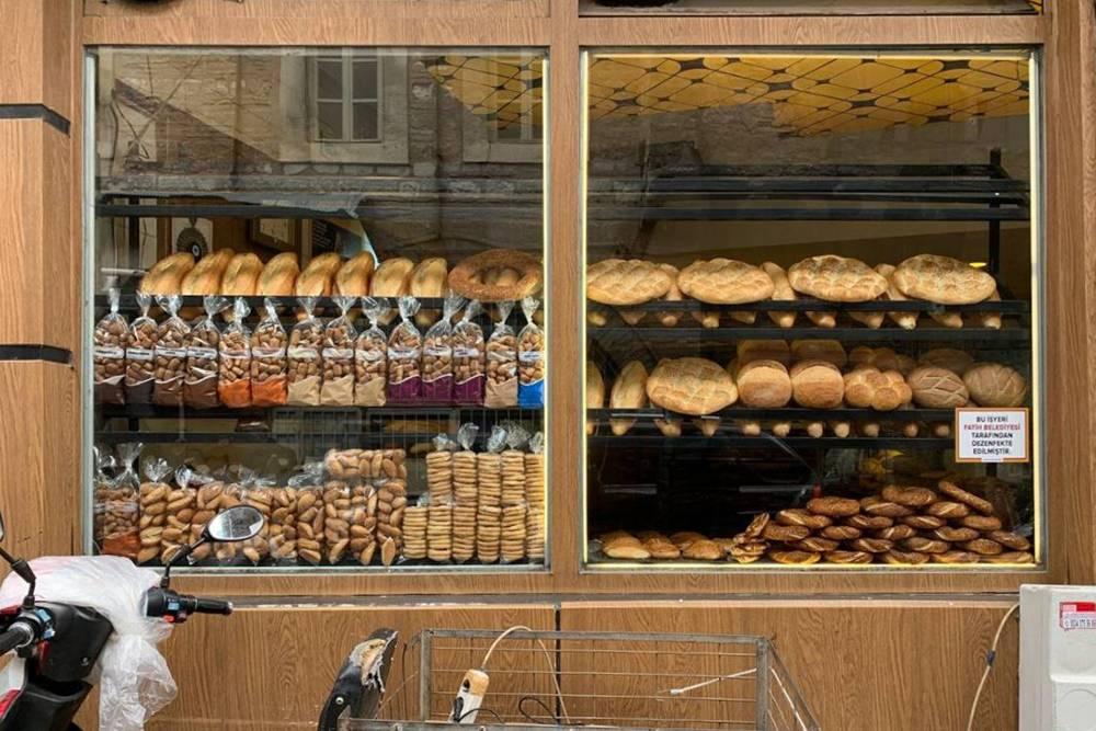 А вот витрина неприметной пекарни, где продают свежую выпечку