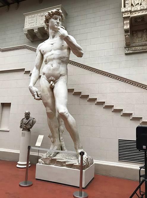Копия статуи Микеланджело стоит на первом этаже музея