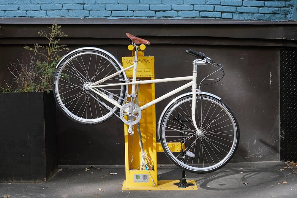 На улице недалеко отмагазина мы поставили небольшую ремонтную стойку — можно сделать разный мелкий ремонт, например подвесить велосипед, если нужно накинуть слетевшую цепь. Ещеможно подкачать колеса. Фото: Наталия Куприянова