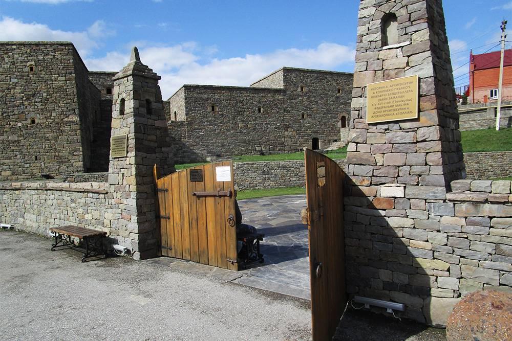 Вход в комплекс — через деревянные ворота между двумя стилизованными башнями уменьшенного размера