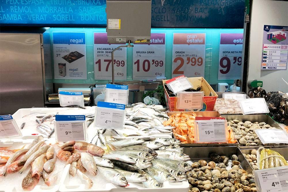 Рыбный прилавок в супермаркете Bonpreu возле нашего дома
