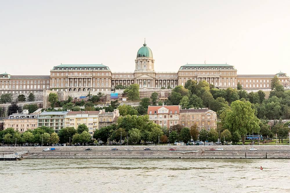 Вид на Королевский дворец с противоположного берега Дуная. Если не хотите тратиться на фуникулер, к дворцу можно подняться пешком