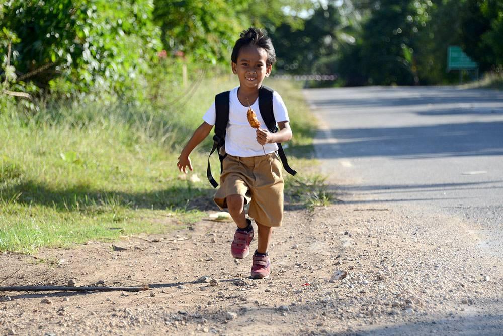Школьник бежит после уроков (в руке — жаренный в сахаре банан)