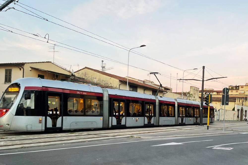 Трамваи ходят по выделенным полосам, на которые не могут заезжать машины