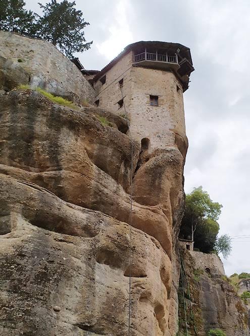 У монастыря Святого Варлаама есть специальная подъемная башня. К подъемному устройству, установленному в башне, крепилась сеть — в ней вдоль скалы и поднимались наверх монахи